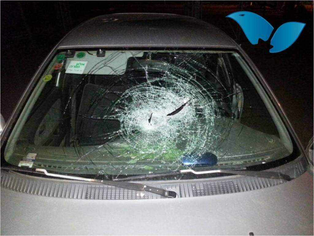 רכב שנפגע מאבנים
