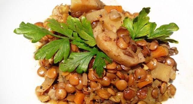 תבשיל עדשים וירקות עשיר בטעמים .