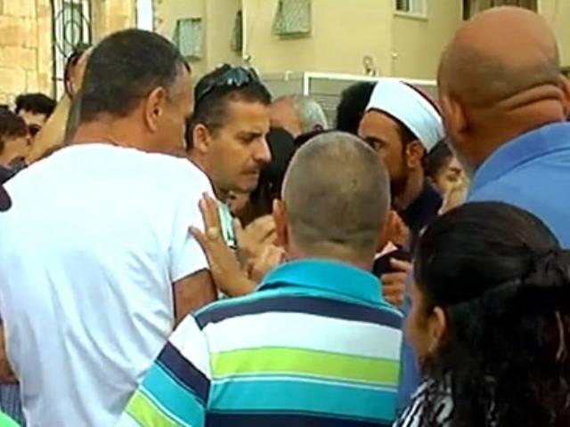 האימאם למפגינים: לא ניתן לכם לפגוע ביהודים (צילום מסך)