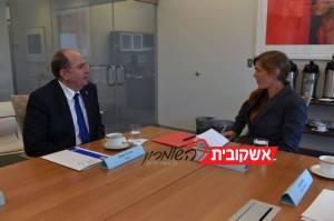"""שר הביטחון יעלון בפגישה עם שגרירת ארה""""ב באו""""ם, סמנתה פאוור. צילום: אריאל חרמוני משרד הביטחון"""