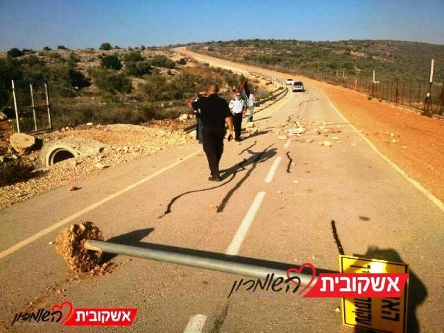 אבנים על הכביש, שלטי הכוונה עקורים בכניסה לאריאל (צילום ארכיון: חדשות לב השומרון)